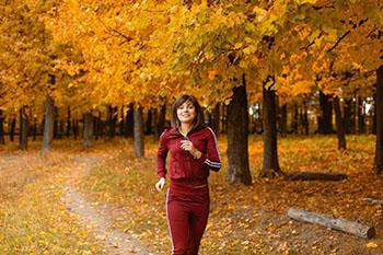 vrouw in rood hardlopen bos